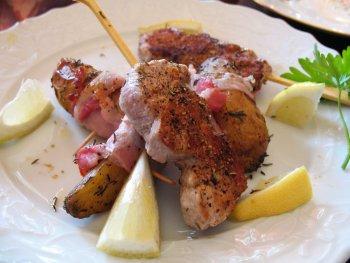 Gegrilltes Schweinefleisch mit Speck-Kartoffeln