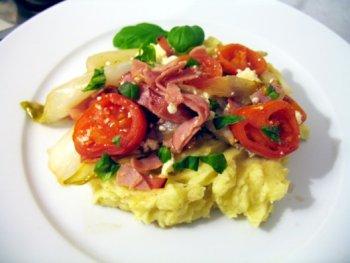 Geschmorter Chicoree auf Kartoffelpüree