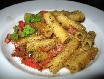 Nudeln mit Sardellenfilets und Polenta-Parmesan-Kruste