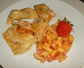 Nudelteigtaschen gefüllt mit Meeresfrüchten, dazu Mango-Erdbeer-Relish
