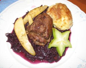 Rehrouladen mit Johannisbeer-Rotkohl, dazu Kartoffelteigklöße mit Pinienkernen