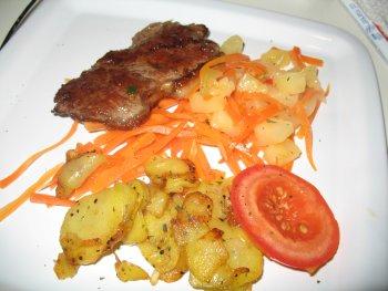 Roastbeef mit Kohlrabi, Juliennemöhren und Bratkartoffeln