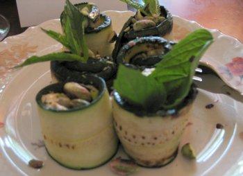 Zucchini-Röllchen mit Hummus, Pinienkernen und Minze